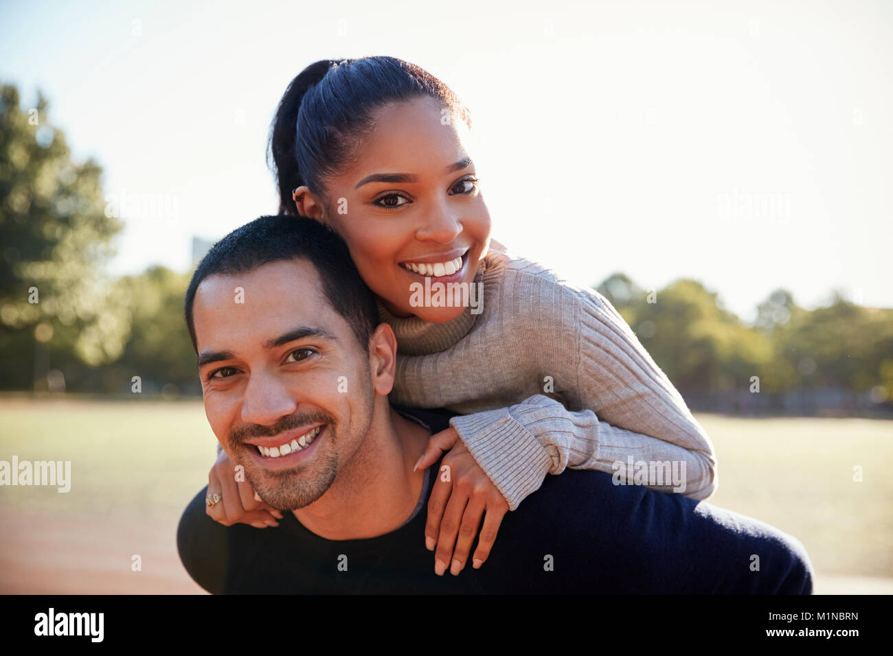Young couple smiling at camera à Brooklyn, Close up Photo Stock