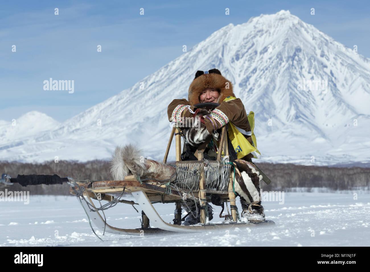 Mandyatov musher Kamchatka habillé en romain les vêtements nationaux, des promenades en traîneau traditionnels des Banque D'Images