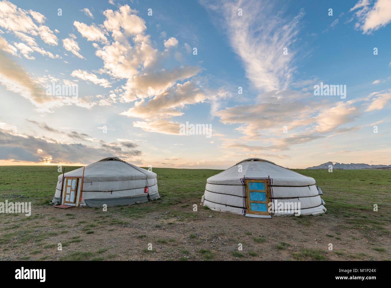 Nomade mongol gers traditionnels et nuages dans le ciel, au milieu de la province de Gobi, la Mongolie, l'Asie Photo Stock