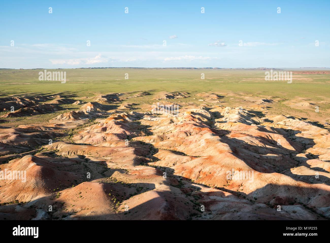 Stupa blanc formations de roche sédimentaire, Ulziit, au milieu de la province de Gobi, la Mongolie, l'Asie Photo Stock