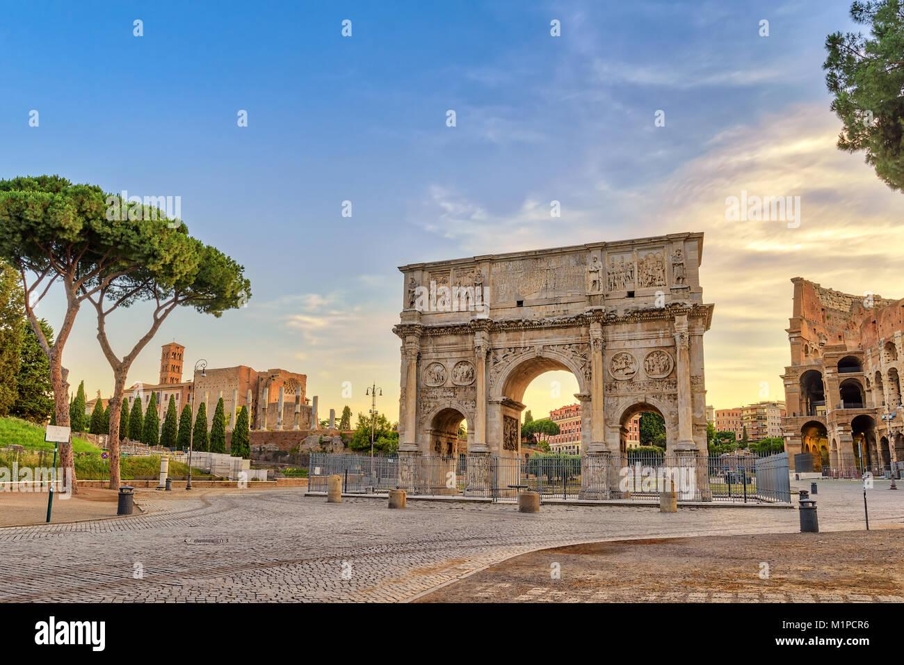 Lever du soleil sur les toits de la ville de Rome à l'Arc de Constantin, Rome, Italie Photo Stock