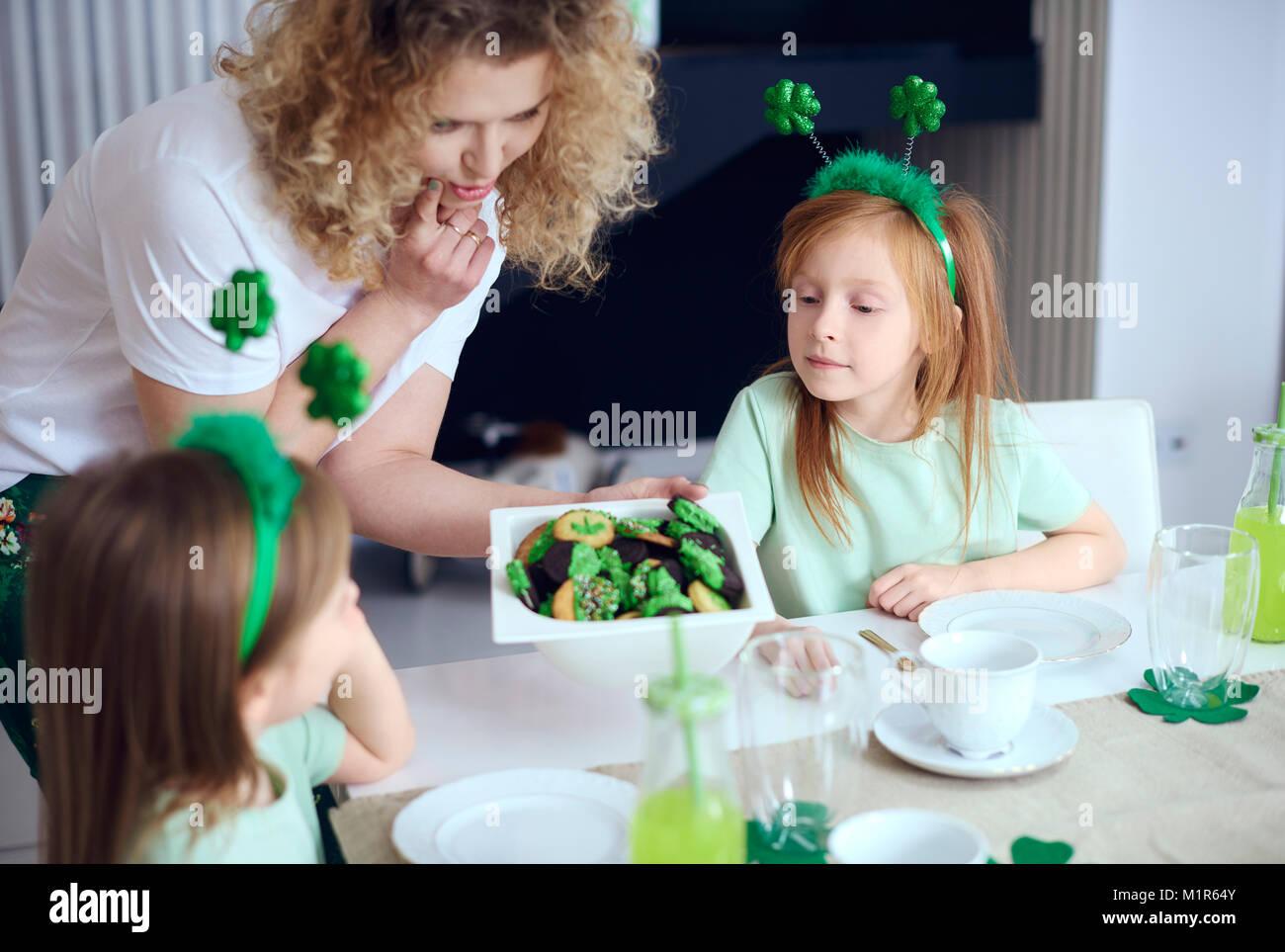 Mère enfants offrant de délicieux cookies Photo Stock