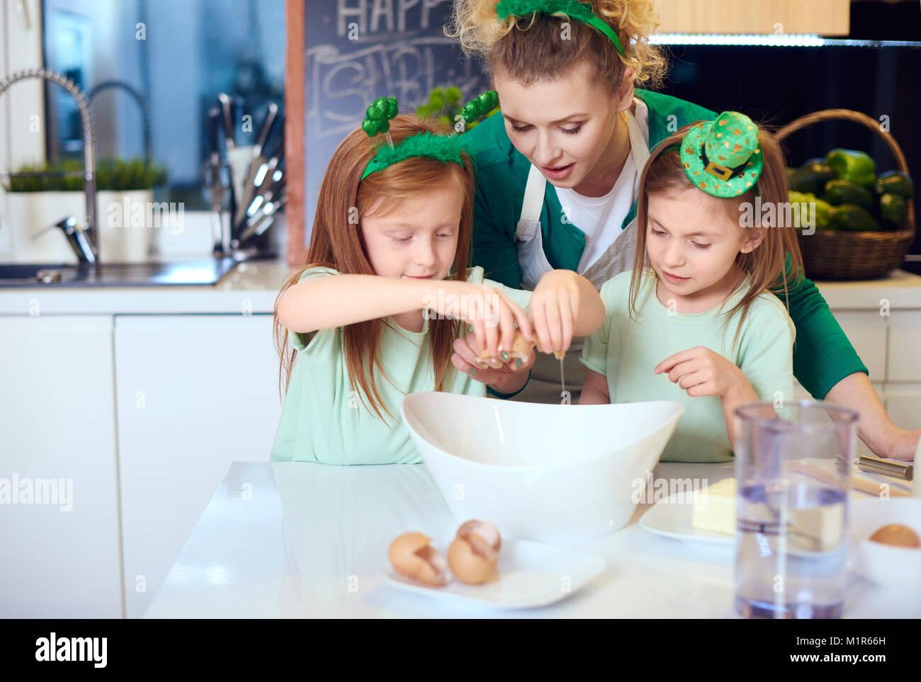 Family baking cookies ou cupcake Photo Stock