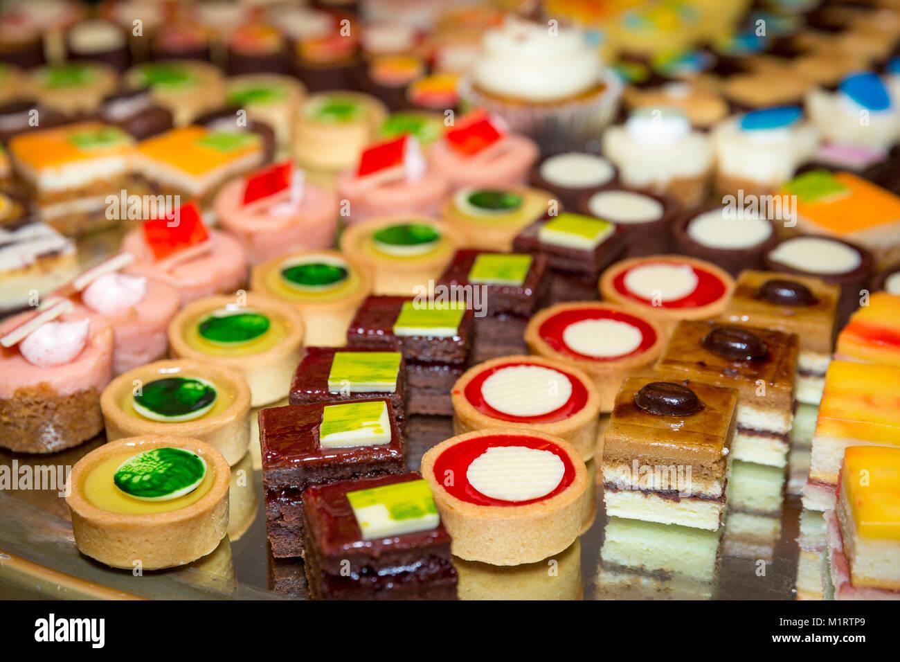 Gâteaux miniatures sur un plateau à une station du désert lors d'un dîner buffet, Naples, Photo Stock
