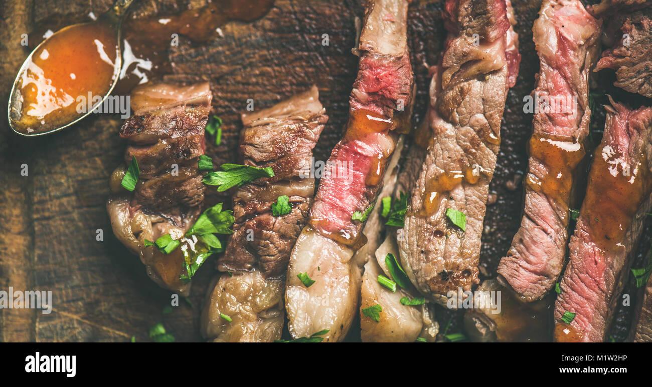 Télévision à poser de faux-grillé Steak de boeuf coupé en morceaux Photo Stock