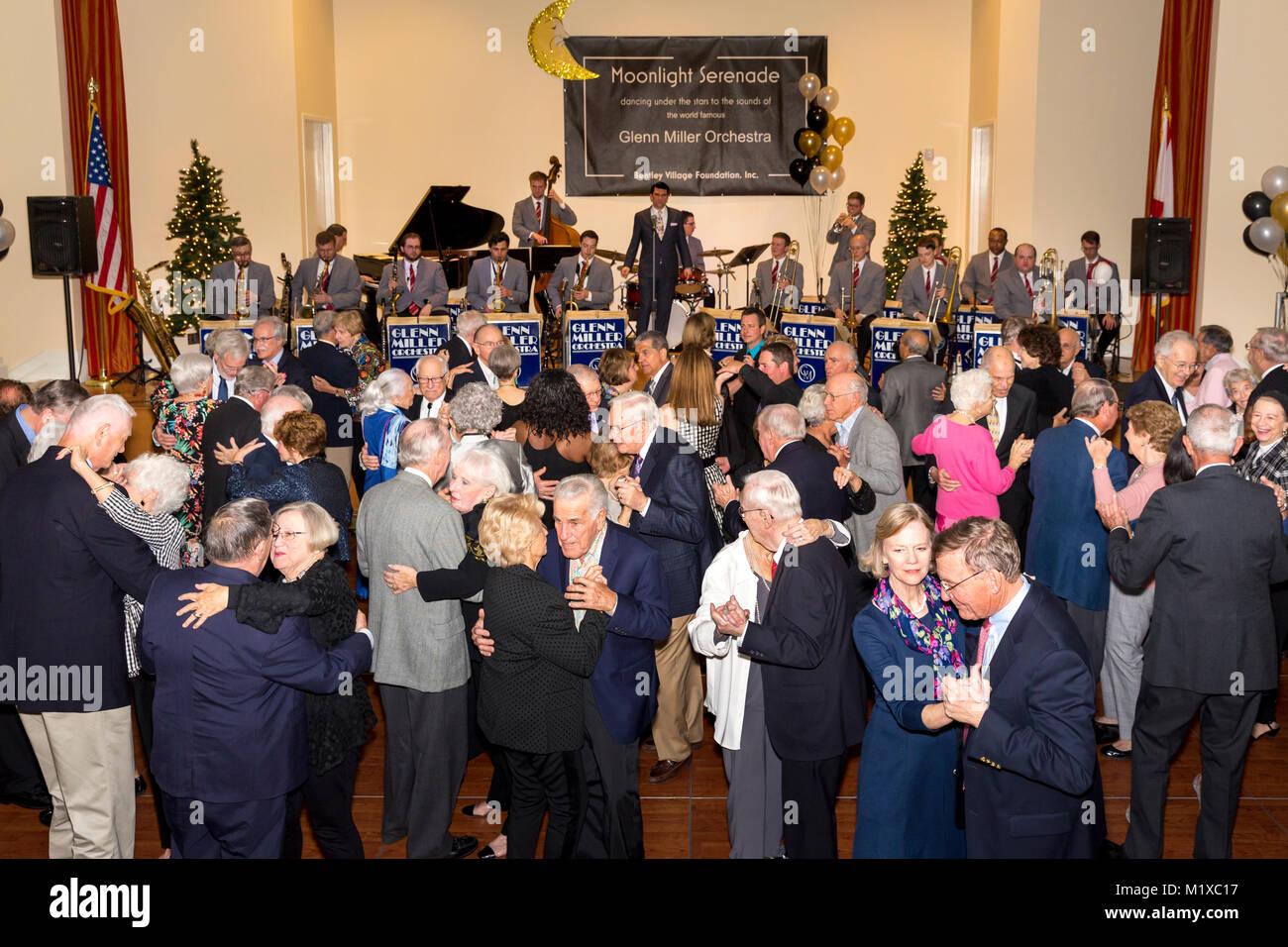 Les personnes âgées la danse à Bentley Village avec le Glenn Miller Orchestra, Naples, Florida, USA Photo Stock