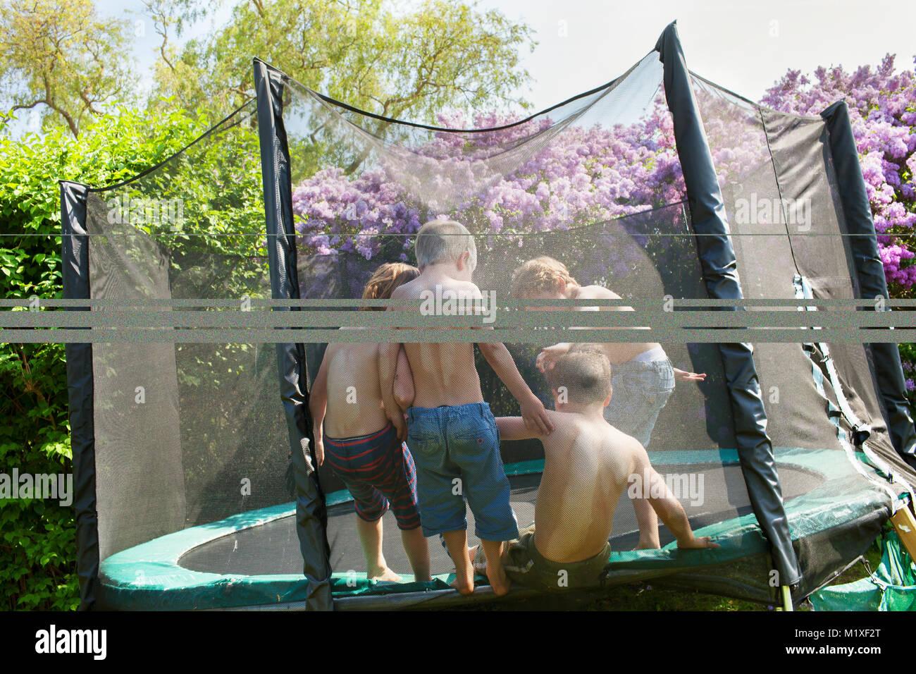 Les garçons sur trampoline Photo Stock