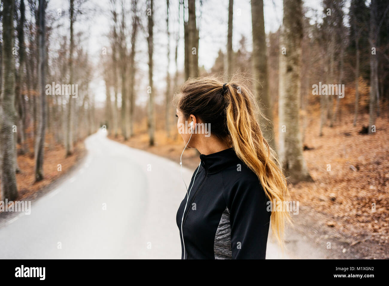Woman on rural road dans Sodermanland, Suède Photo Stock