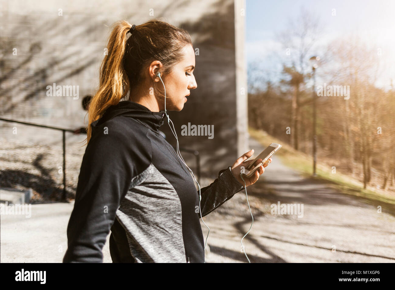 Young woman on phone in Stockholm, Suède Photo Stock