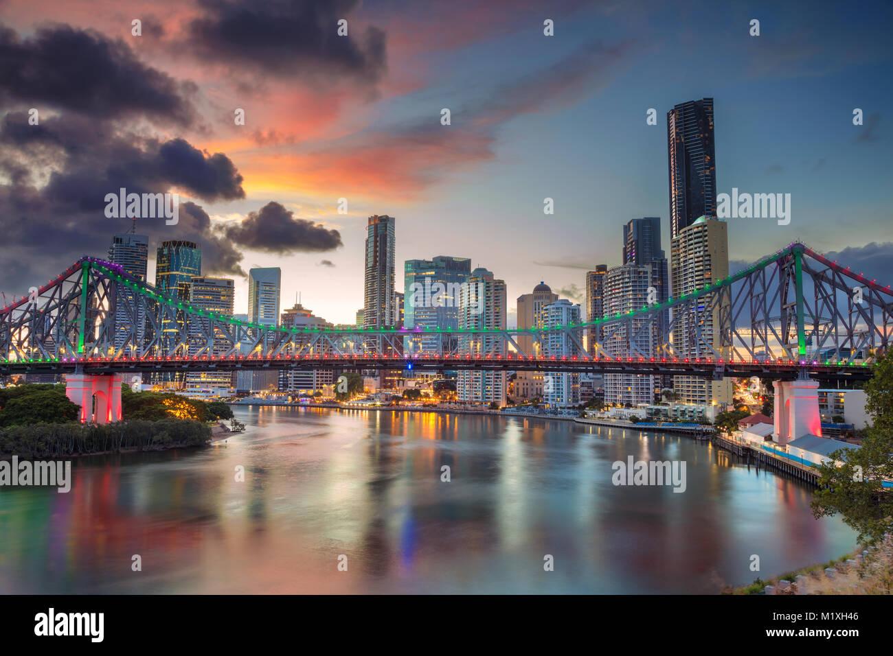 Brisbane. Cityscape image de Brisbane, Australie skyline avec Story Bridge pendant le coucher du soleil spectaculaire. Photo Stock