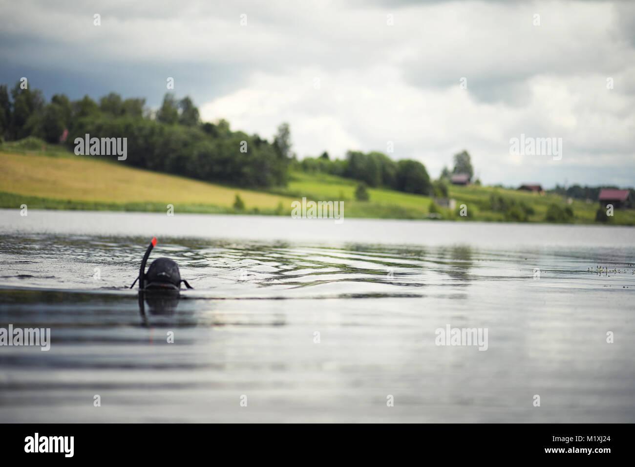 Un plongeur dans un wet suit prépare Photo Stock