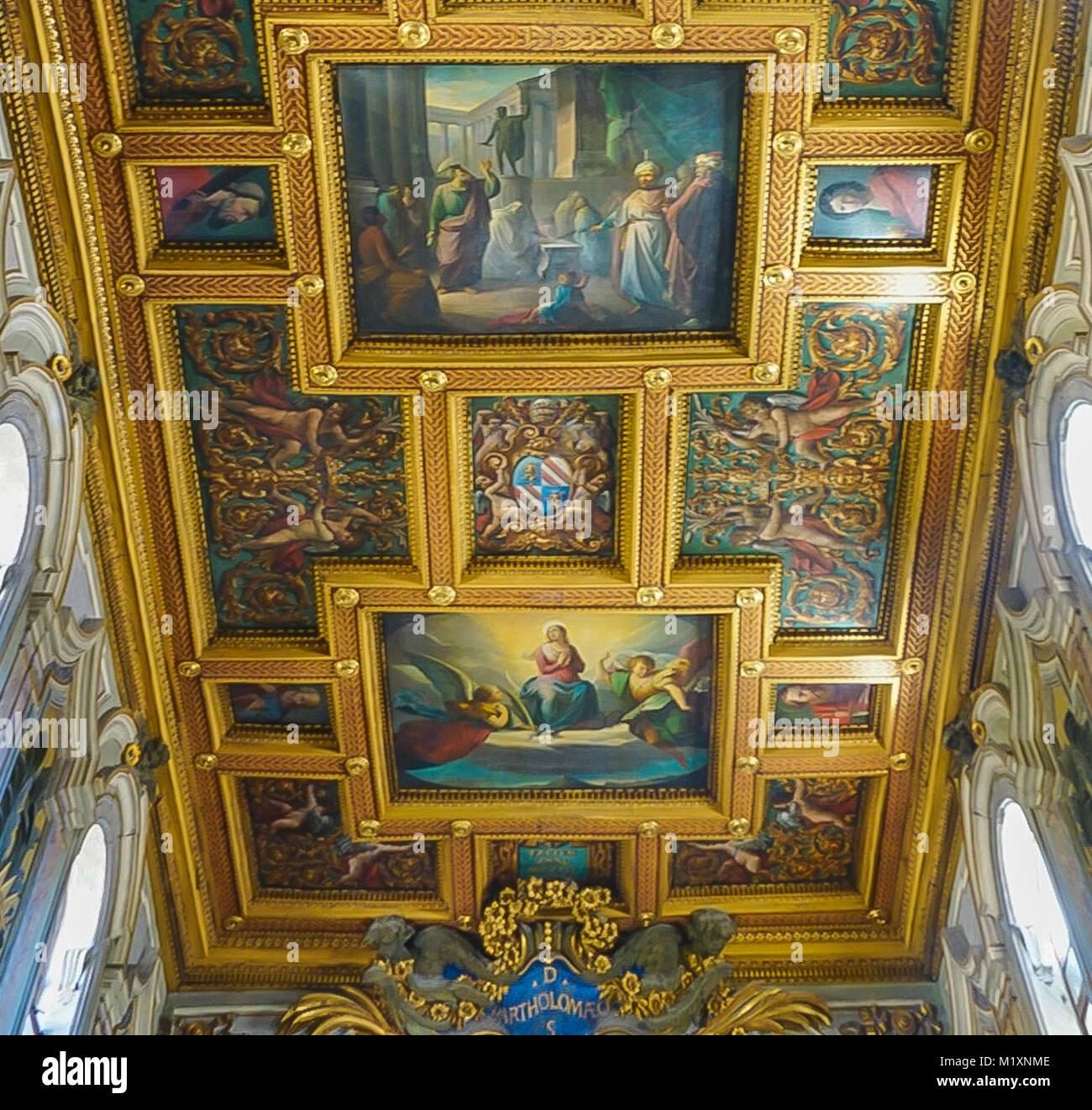 ROME , ITALIE - 10 octobre 2017: l'intérieur du plafond de la Basilique de St Barthélemy sur l'île Tibérine Banque D'Images