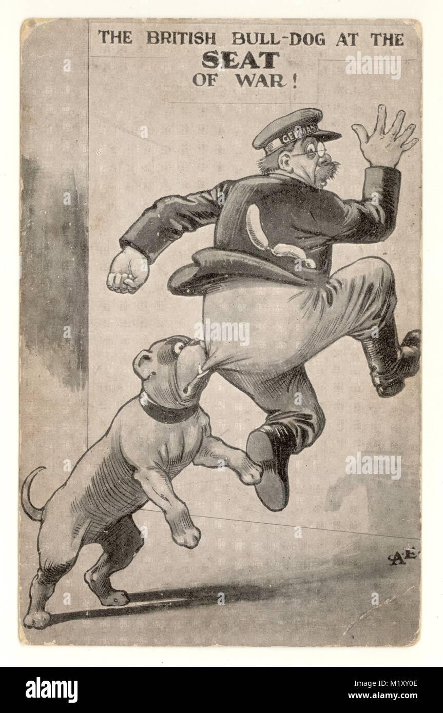 """Carte postale patriotique WW1 'The British Bulldog au siège de la guerre"""", l'officier allemand l'Allemagne a écrit sur la bande de son capuchon. Royaume-uni vers 1914 - 1918 Banque D'Images"""