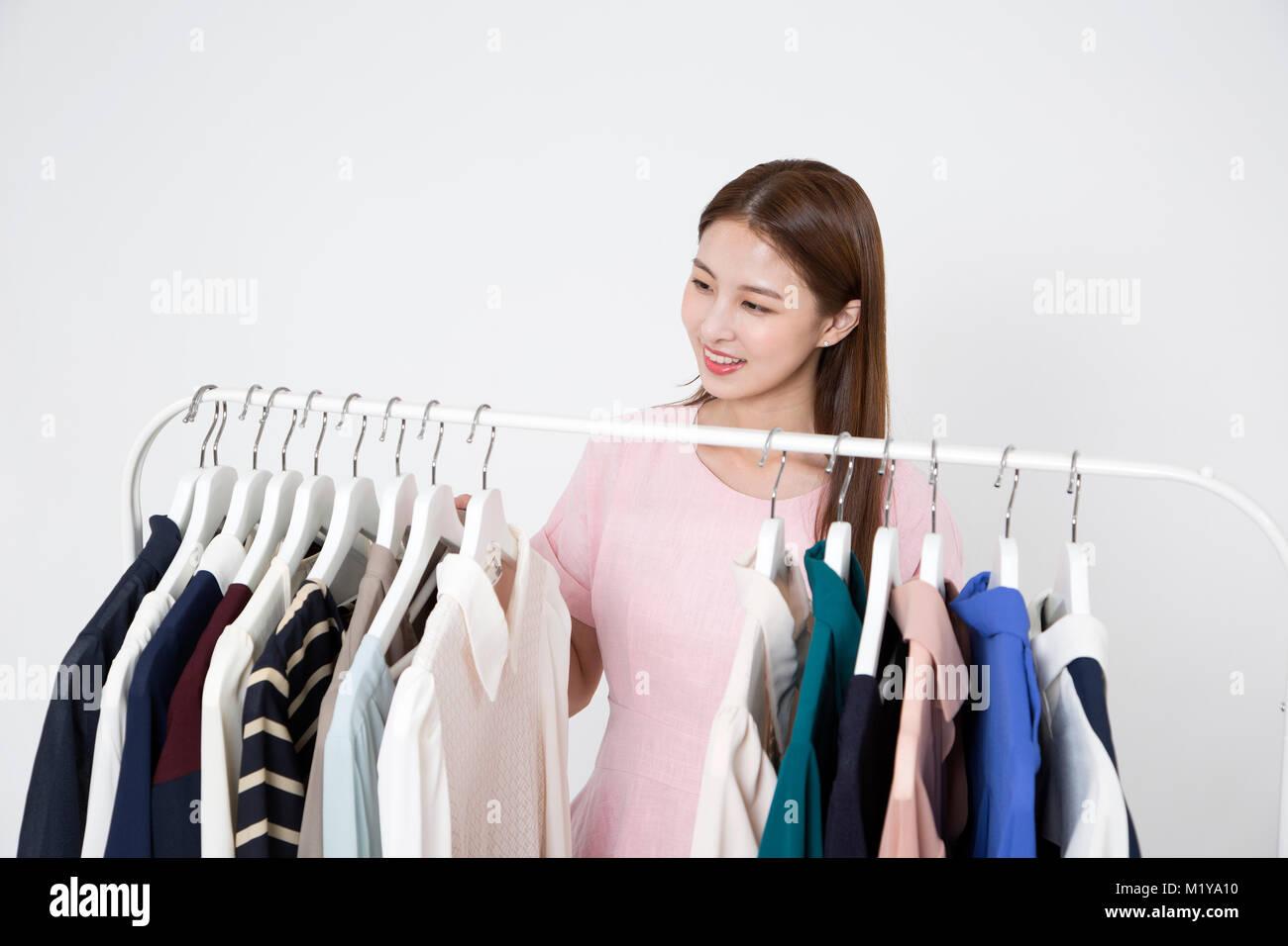 La vie quotidienne de la belle jeune femme, shopping, concept de travail photo en studio shot fond blanc. 210 Photo Stock