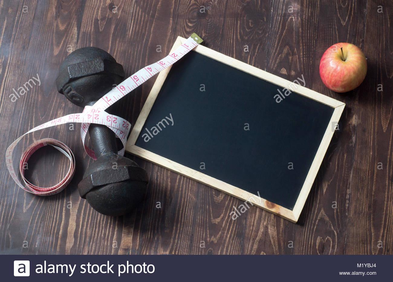 Les fruits destinés à la perte de poids, un ruban à mesurer, l'alimentation Photo Stock