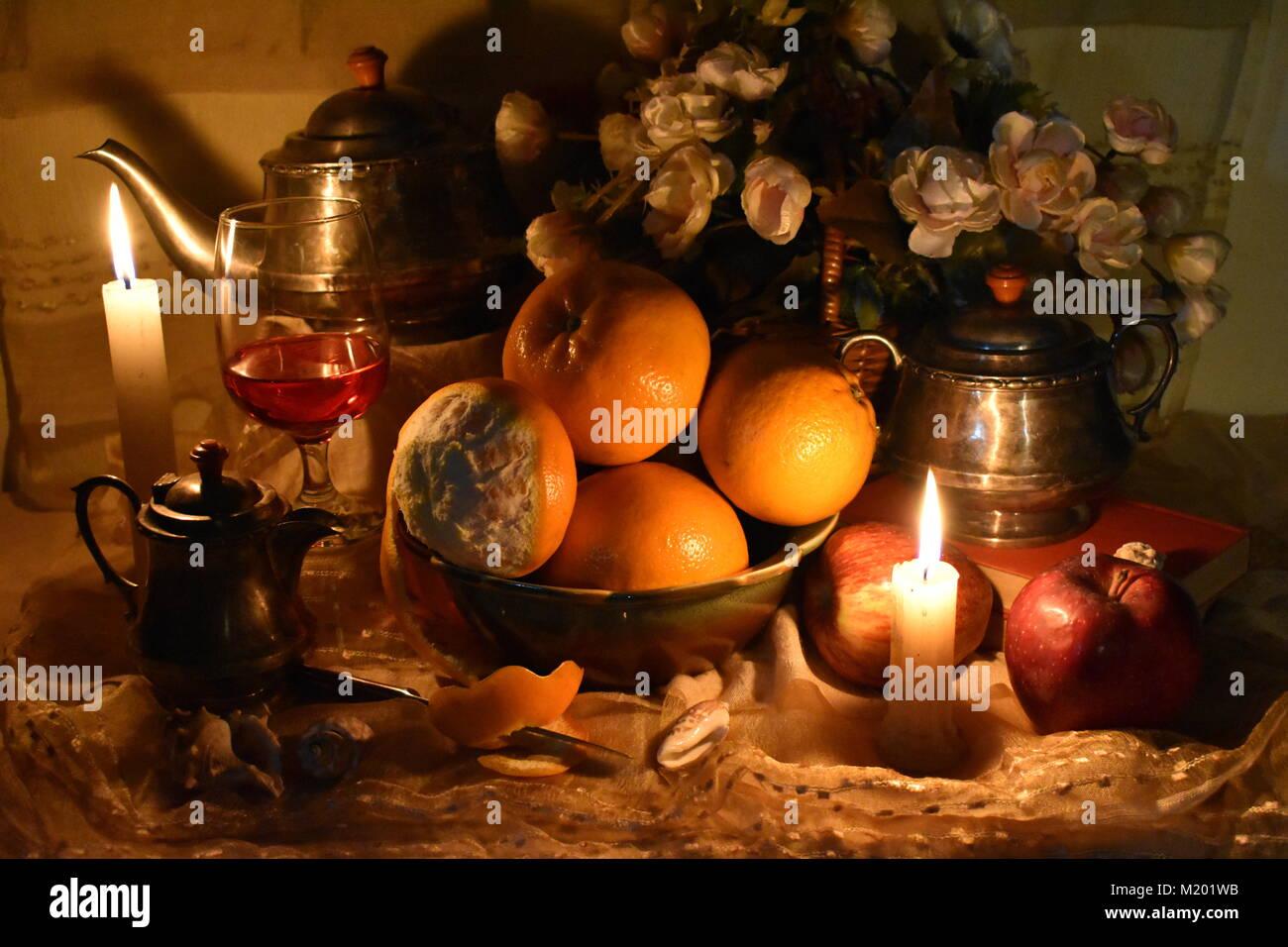 La vie toujours inspirés par la Dutch Masters. Classic still life with fruits, écorce d'orange, thé, Photo Stock