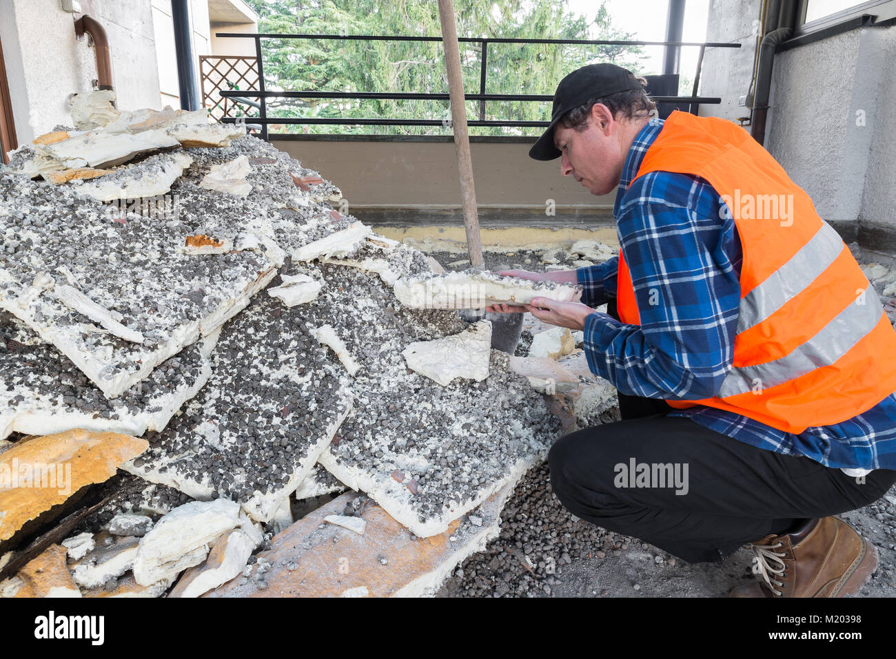 Accueil réparation. De vieux l'isolation (mousse de polyuréthane) supprimé pendant les travaux d'excavation d'un Banque D'Images