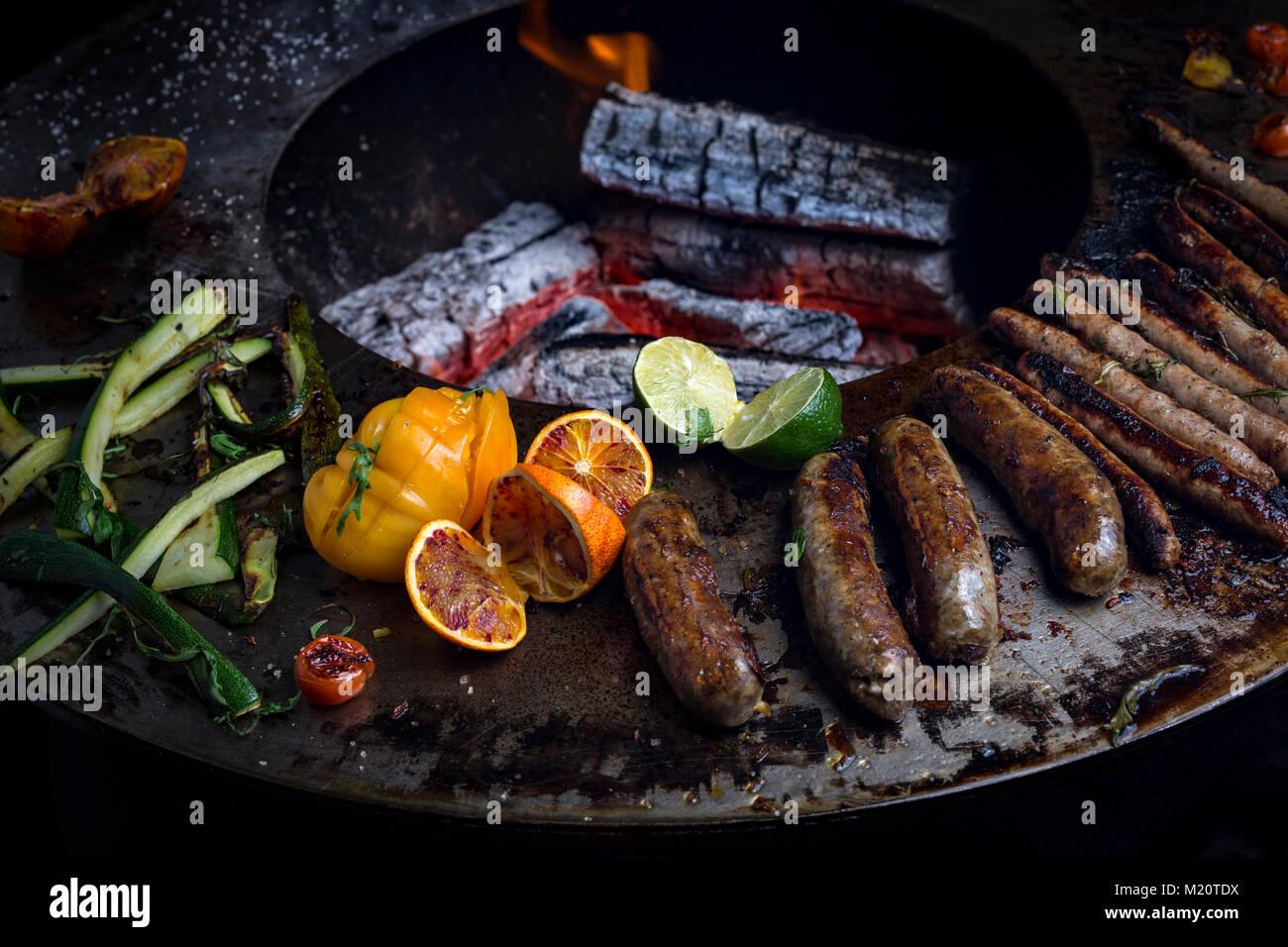 la cuisson de la saucisse sur un brasero-grill. ce nouveau concept