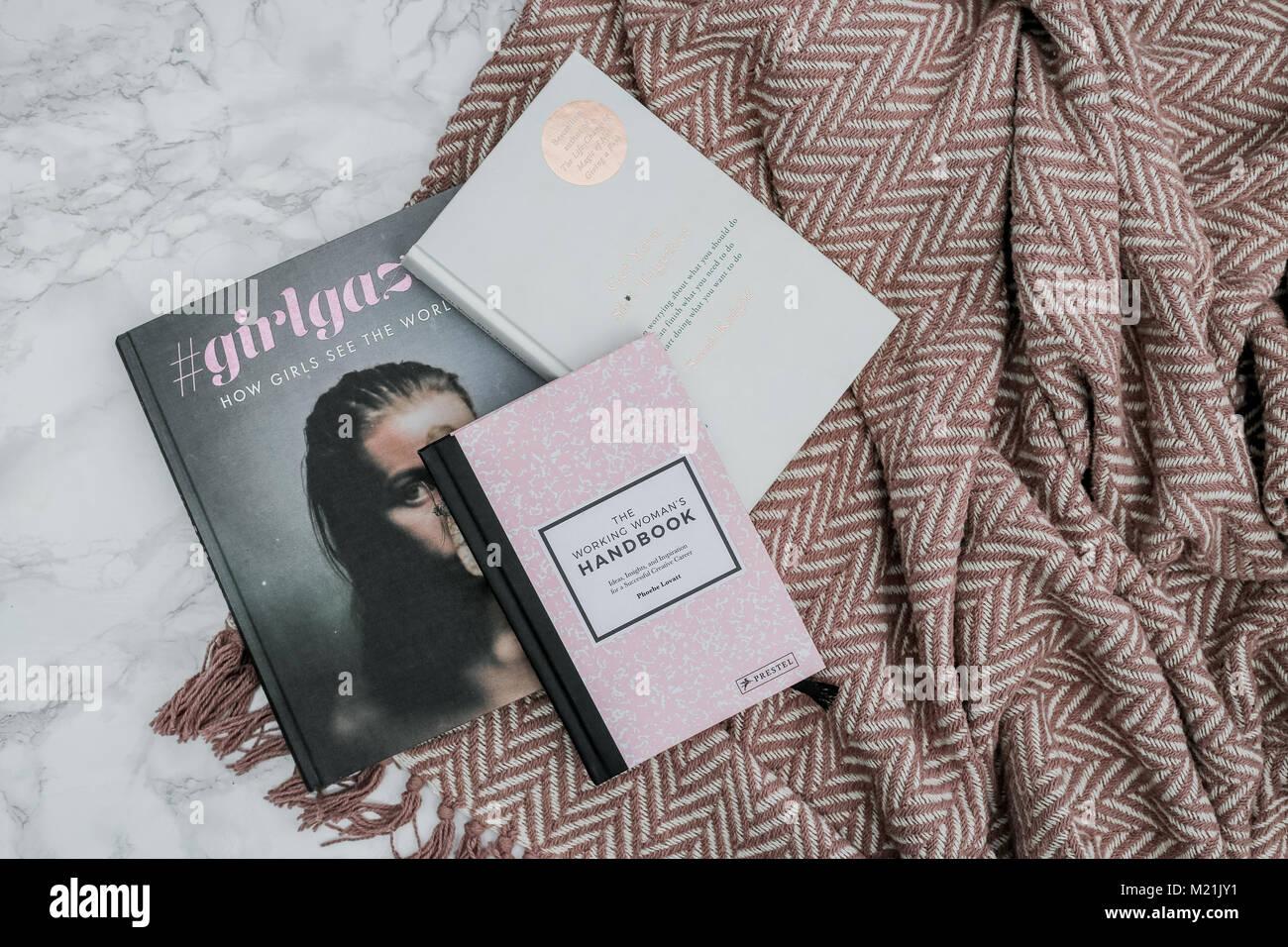 Television Livre Inspire Lay Avec Couverture Rose Banque D