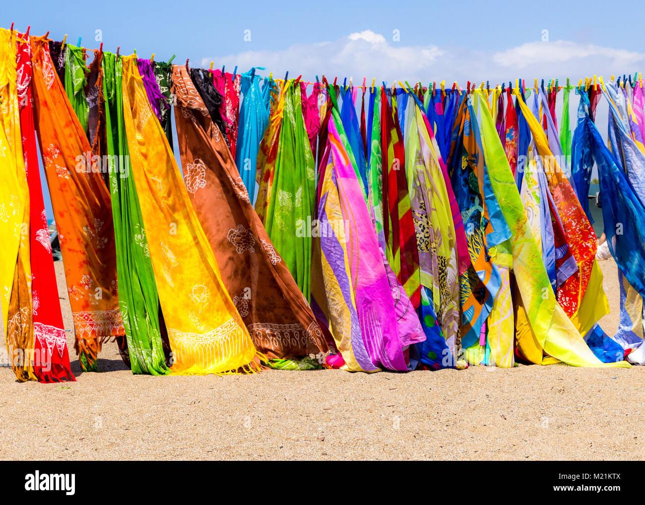 Foulards colorés orientaux sur une ligne la Turquie en Europe Photo Stock d117bd9581e