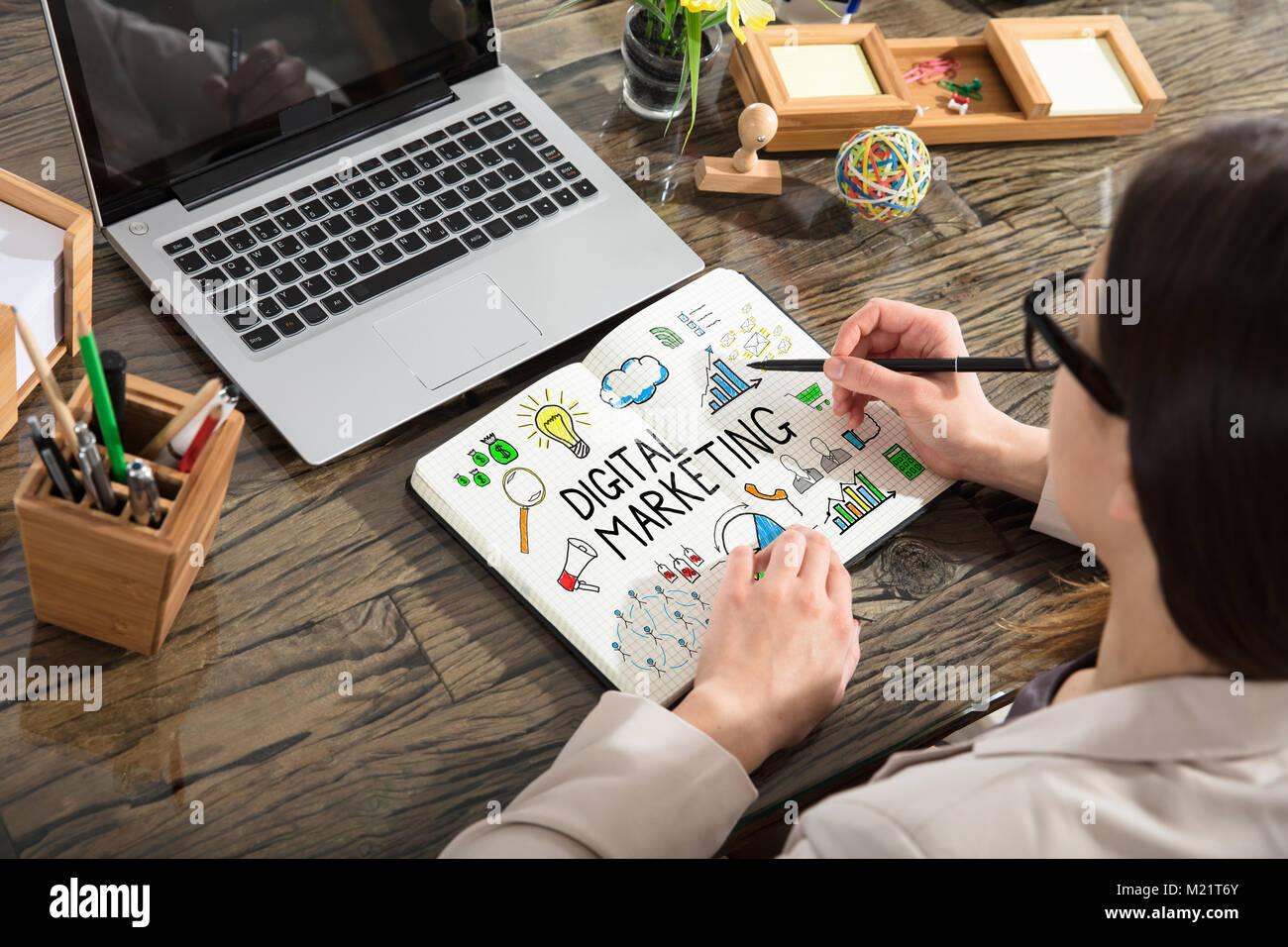 Close Up Of Digital Marketing Dessin Graphique Sur Un Ordinateur