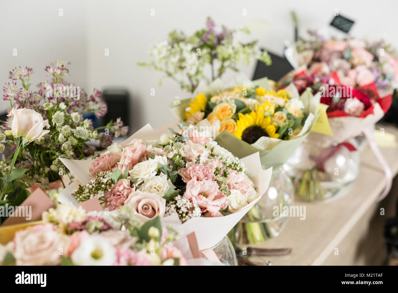 bouquets sur table, fleuriste entreprise. différentes variétés de