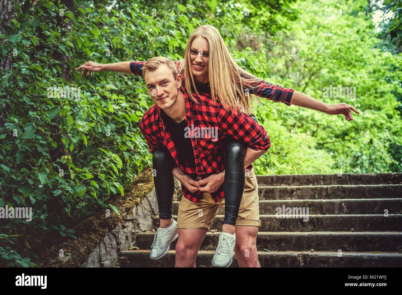 Couple aimant s'amuser dans un parc d'été sauvages. Photo Stock