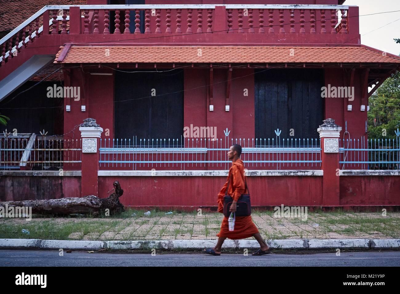 Monk walkink en face du Musée National, Phnom Penh, Cambodge Photo Stock