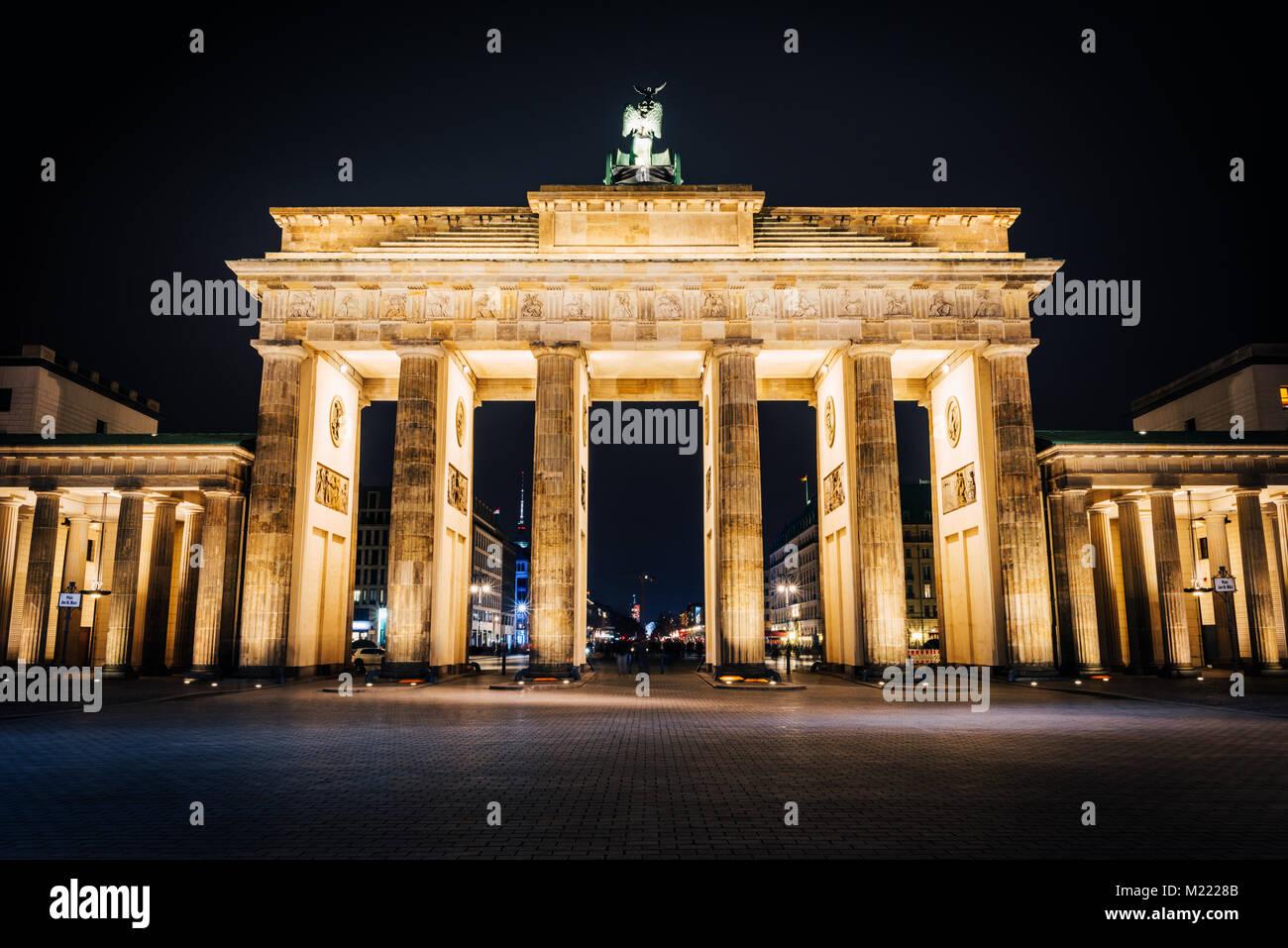 La porte de Brandebourg dans la nuit. La destination la plus célèbre à Berlin Photo Stock