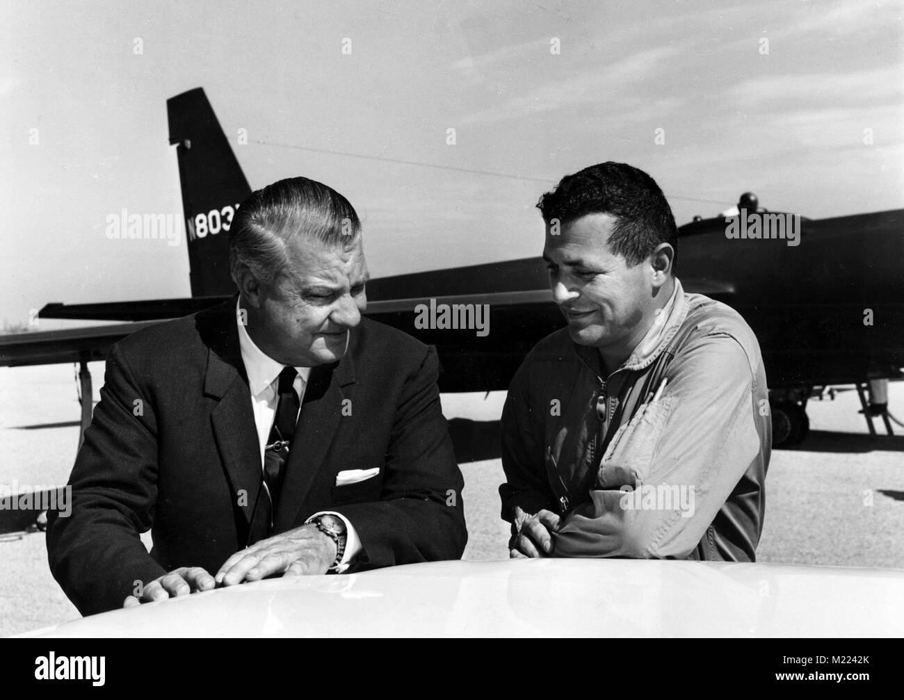 Francis Gary Powers (à droite) avec U-2 Kelly Johnson en 1966. Pouvoirs était un pilote de chasse de l'USAF recrutés par la CIA en 1956 pour voler des missions civiles U-2 profondément dans la Russie Banque D'Images