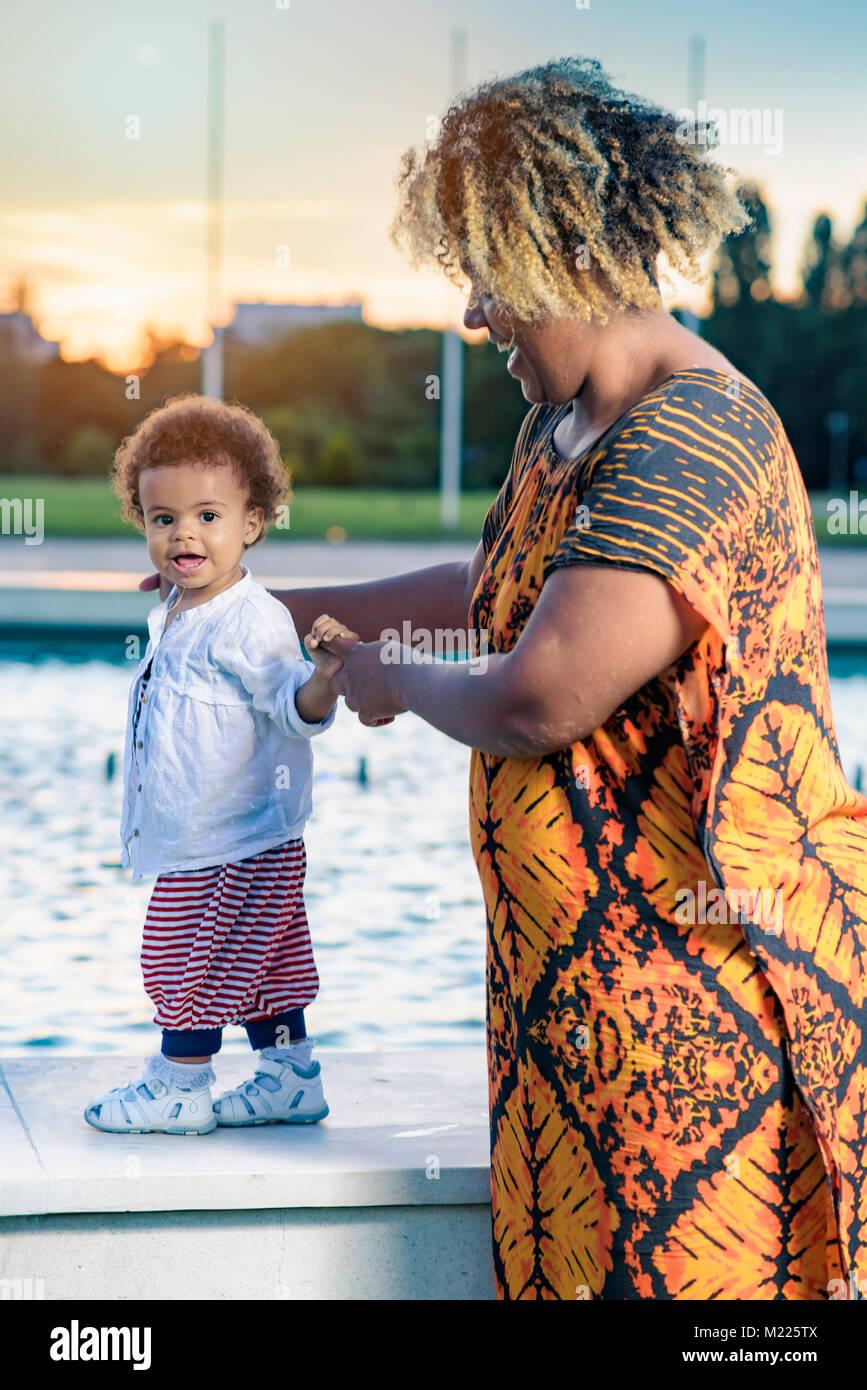 Les premiers pas de bébé fille Photo Stock