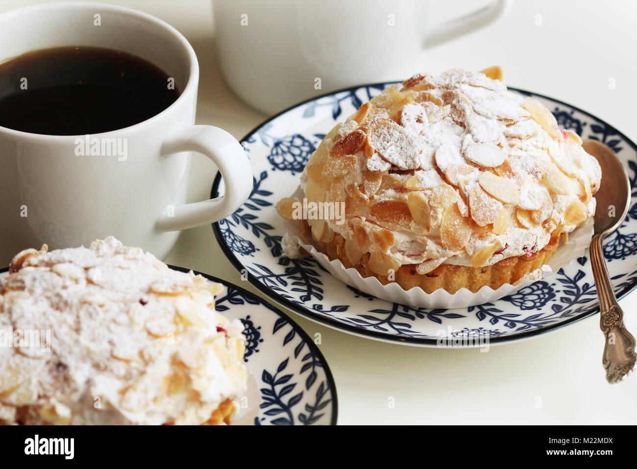 De délicieuses tartelettes aux amandes et crème mascaropne on plate Photo Stock