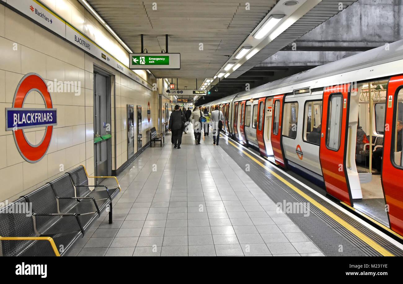 La station de métro Blackfriars marche de la plate-forme de l'accès au train pour fauteuil roulant Photo Stock