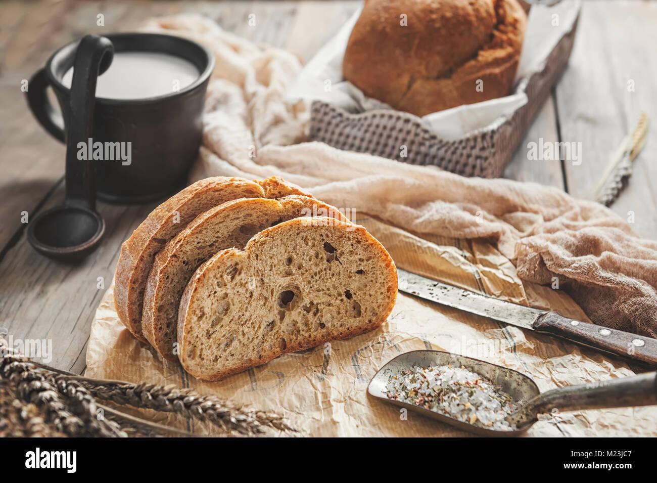 Une belle miche de pain au levain de blé blanche sur une plaque sur un bord du linge. Des pâtisseries Photo Stock