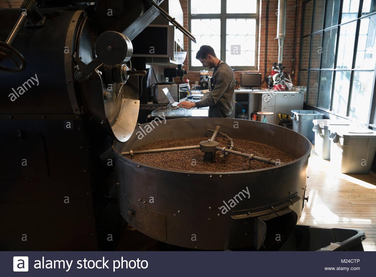 Café mâle à l'aide de grillage coffre à côté de la torréfaction de café Photo Stock