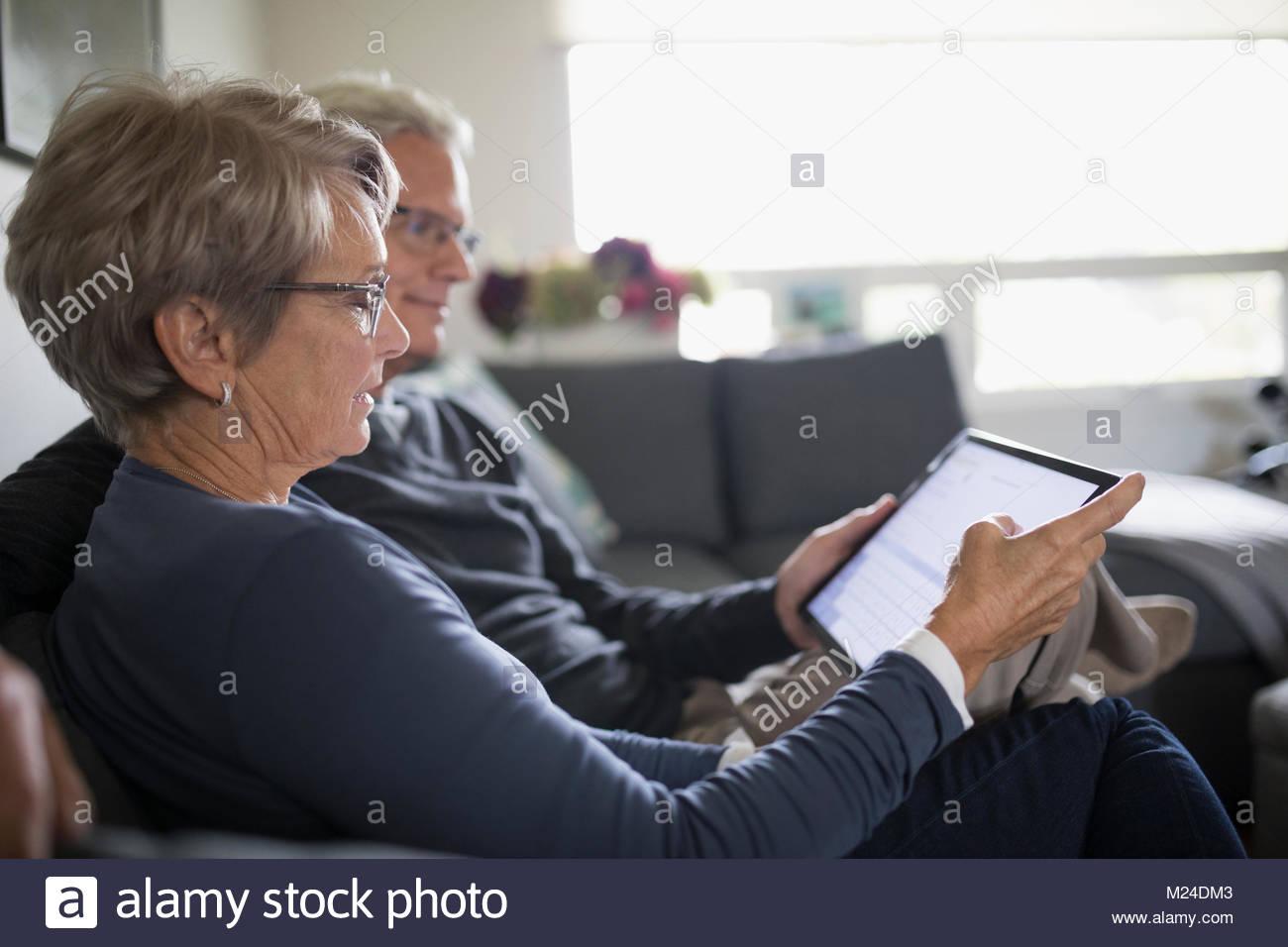 Senior couple sur canapé Photo Stock
