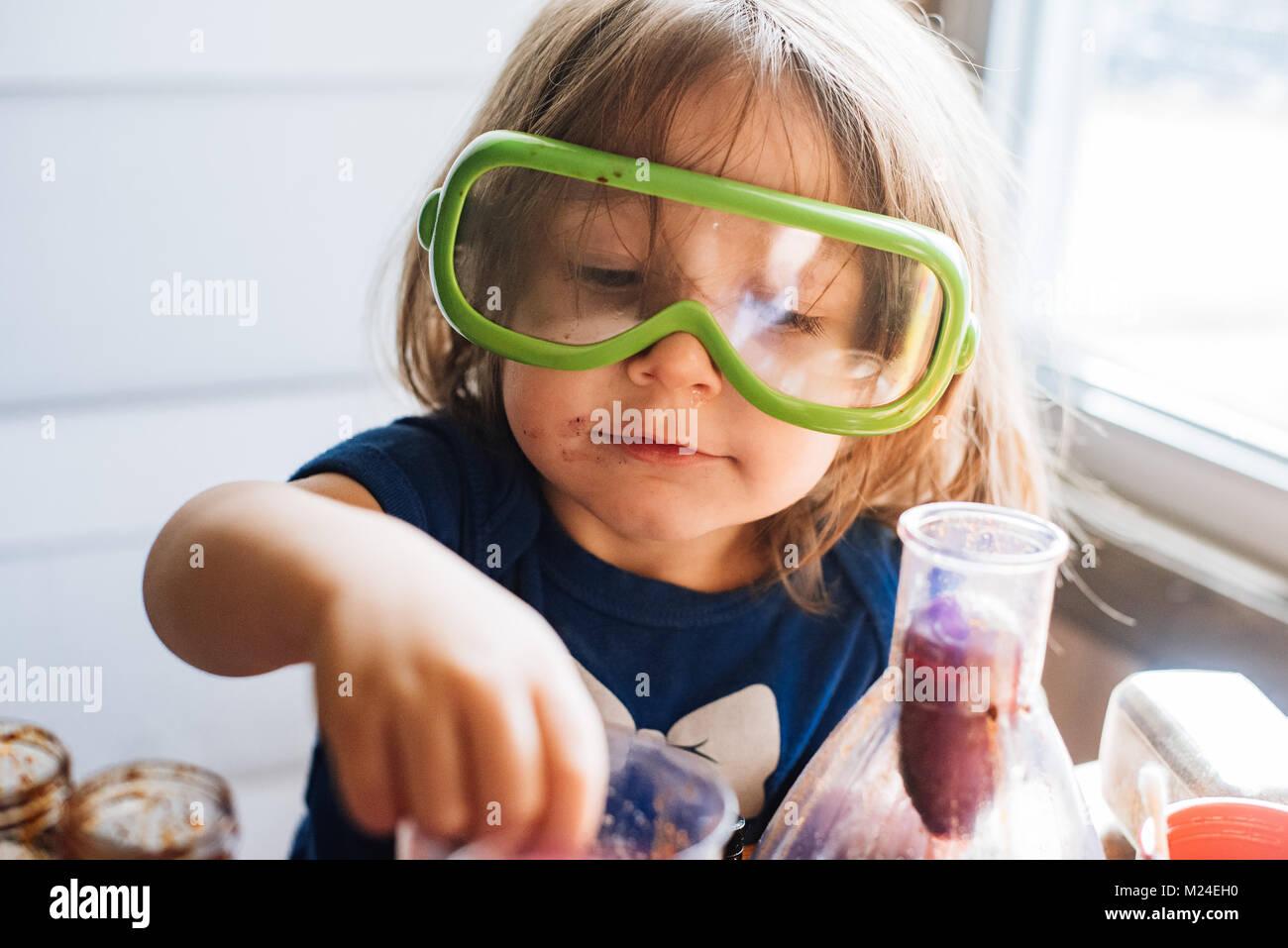 A 3 ans bébé fille travaille avec de l'équipement expérience scientifique Photo Stock