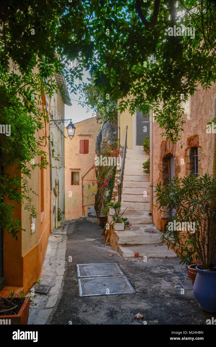 vieux quartier traditionnel dans la rue hyeres france banque d 39 images photo stock 173434457. Black Bedroom Furniture Sets. Home Design Ideas
