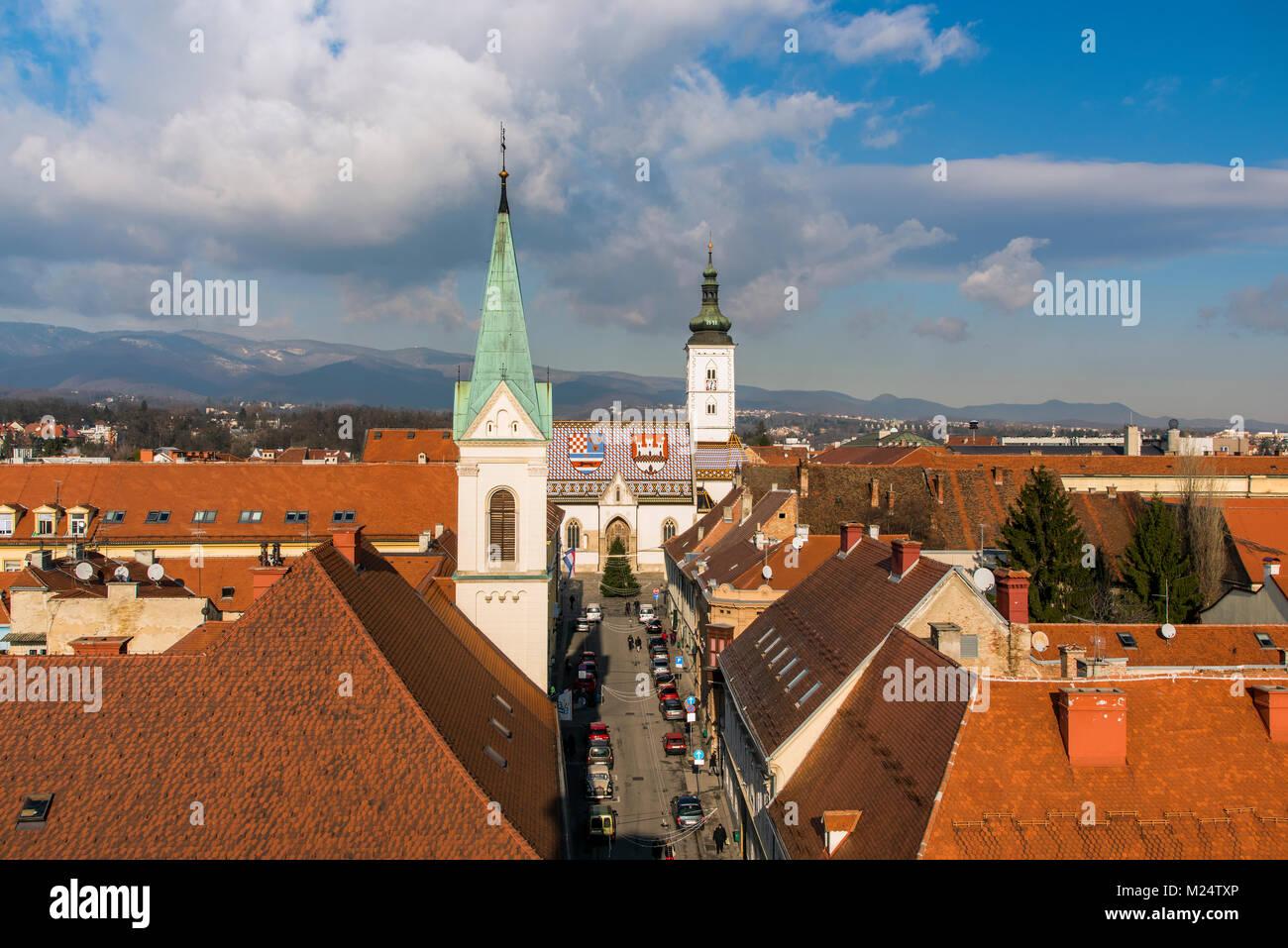 Les toits de la vieille ville avec l'église de Saint Marc, Zagreb, Croatie Photo Stock