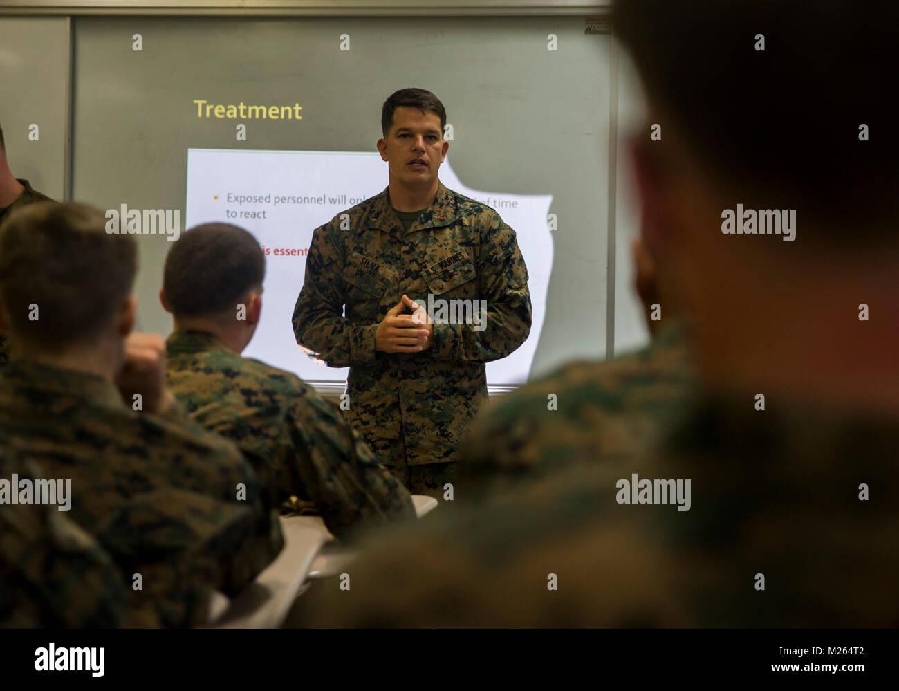 510a9074a44 Adjudant-chef Jonathan Silva parle aux Marines américains au cours d'une  reconnaissance,