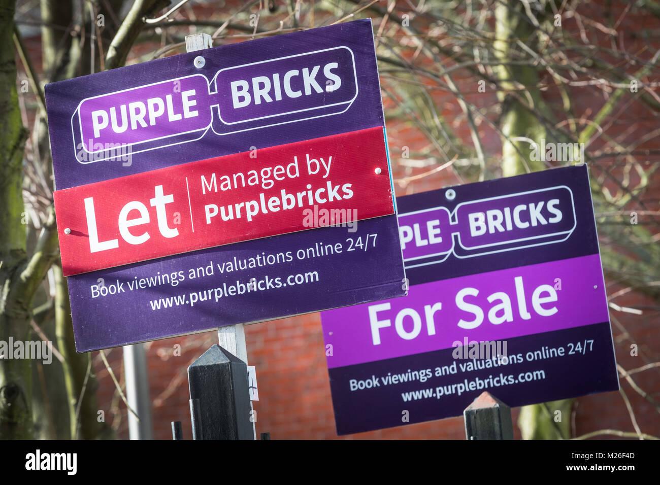 Vente propriété briques pourpres et de laisser des signes Photo Stock