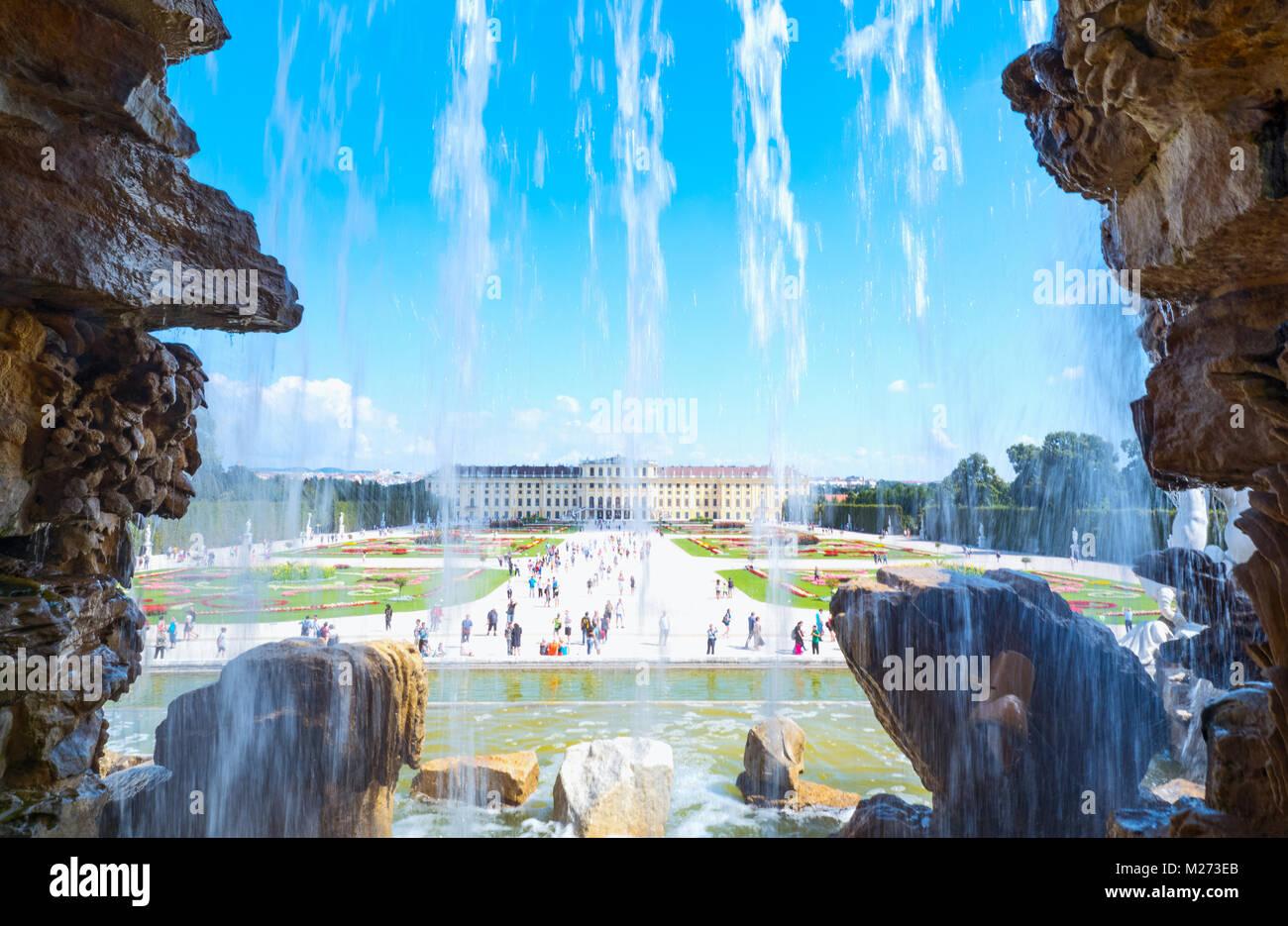 L'Autriche, Vienne, le jardin et la façade arrière du palais Schönbrunn vu de la fontaine de Photo Stock