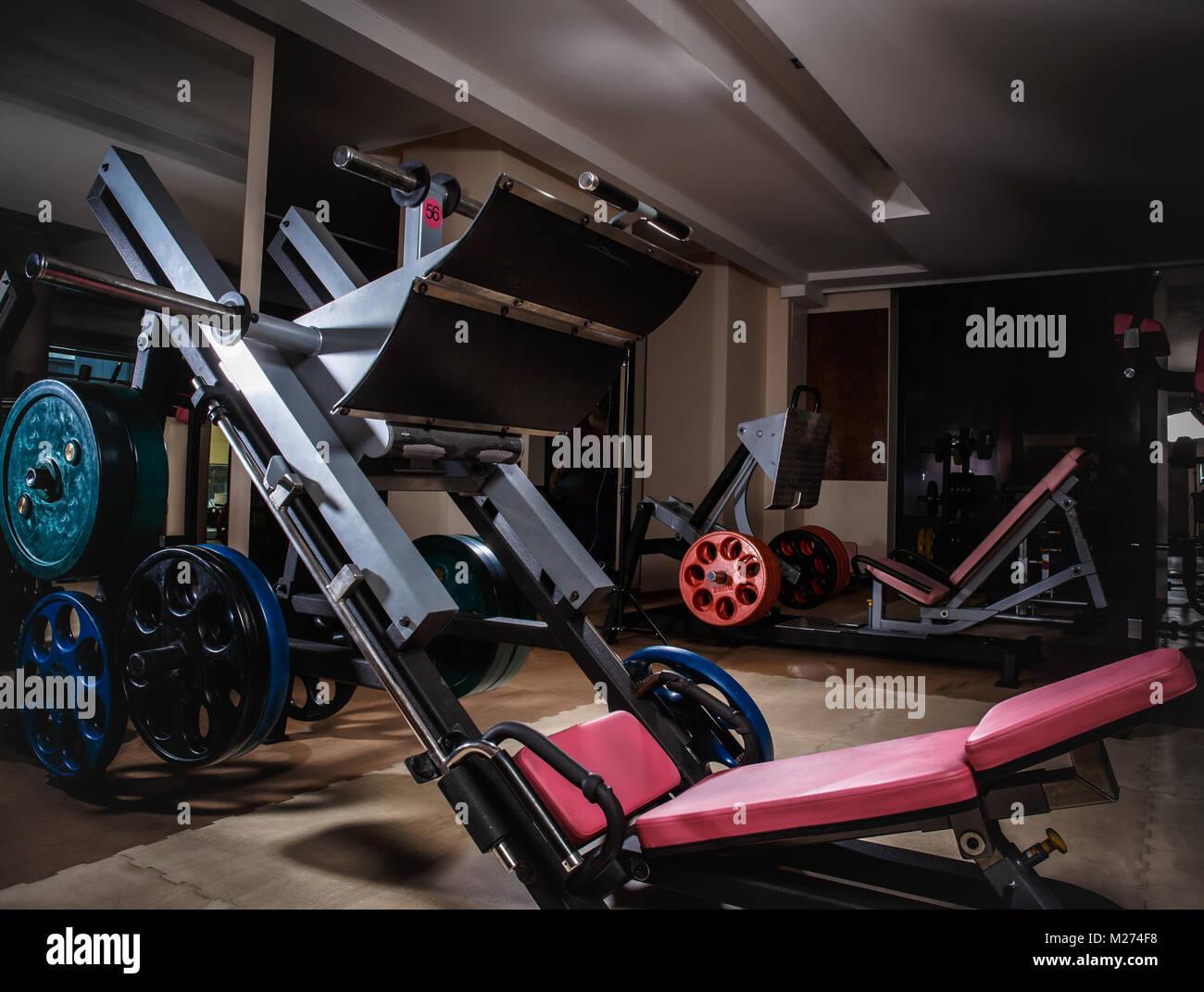 L'équipement de formation de poids pour les exercices, presses de la jambe. Photo Stock