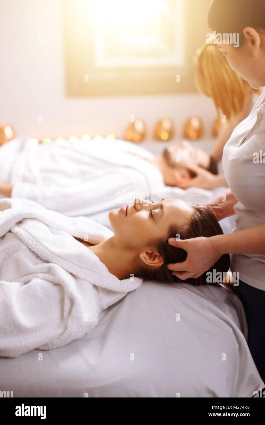 Jeune couple recevant head massage beauty spa Photo Stock
