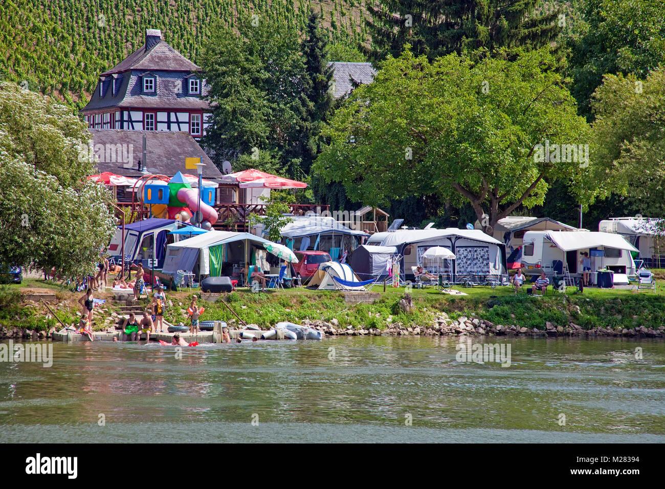 Terrain de camping à Riverside, baignade en rivière Moseller, Loup, Traben-Trarbach, Moselle, Rhénanie-Palatinat, Allemagne, Europe Banque D'Images