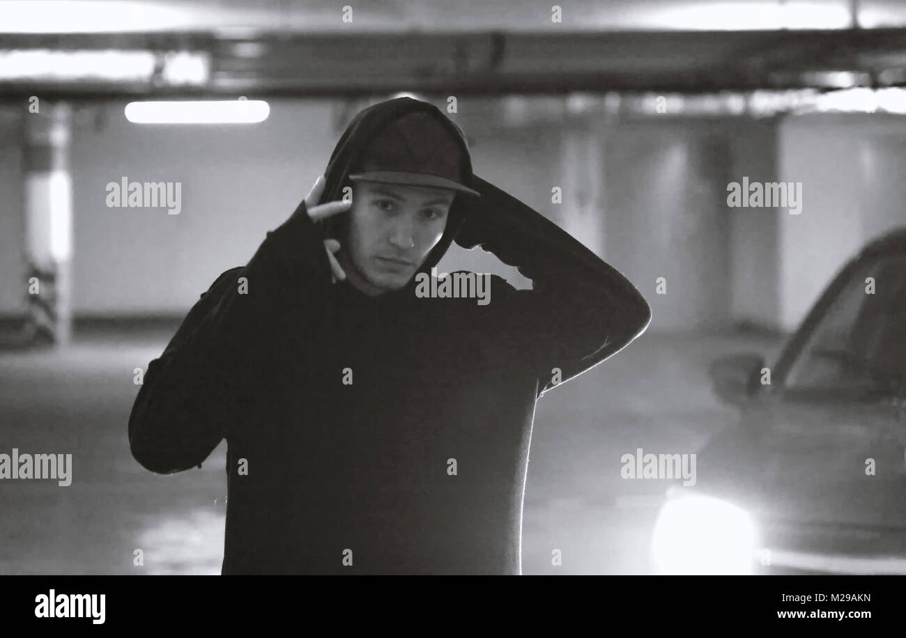 Portrait of fashion adolescent dans un parking souterrain Photo Stock