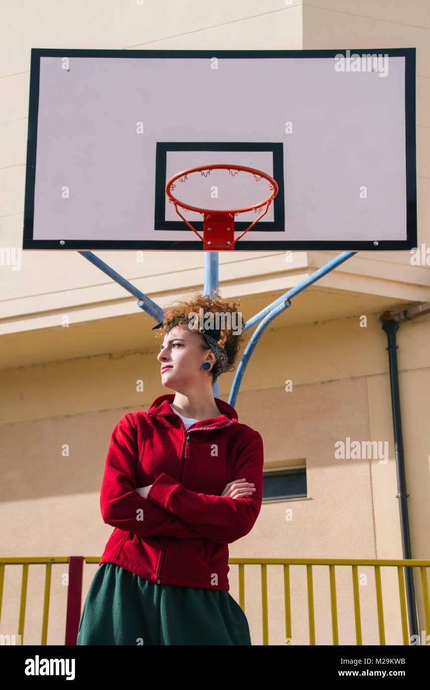 Jeune femme rousse avec des vêtements de sport faire de l'exercice Photo Stock