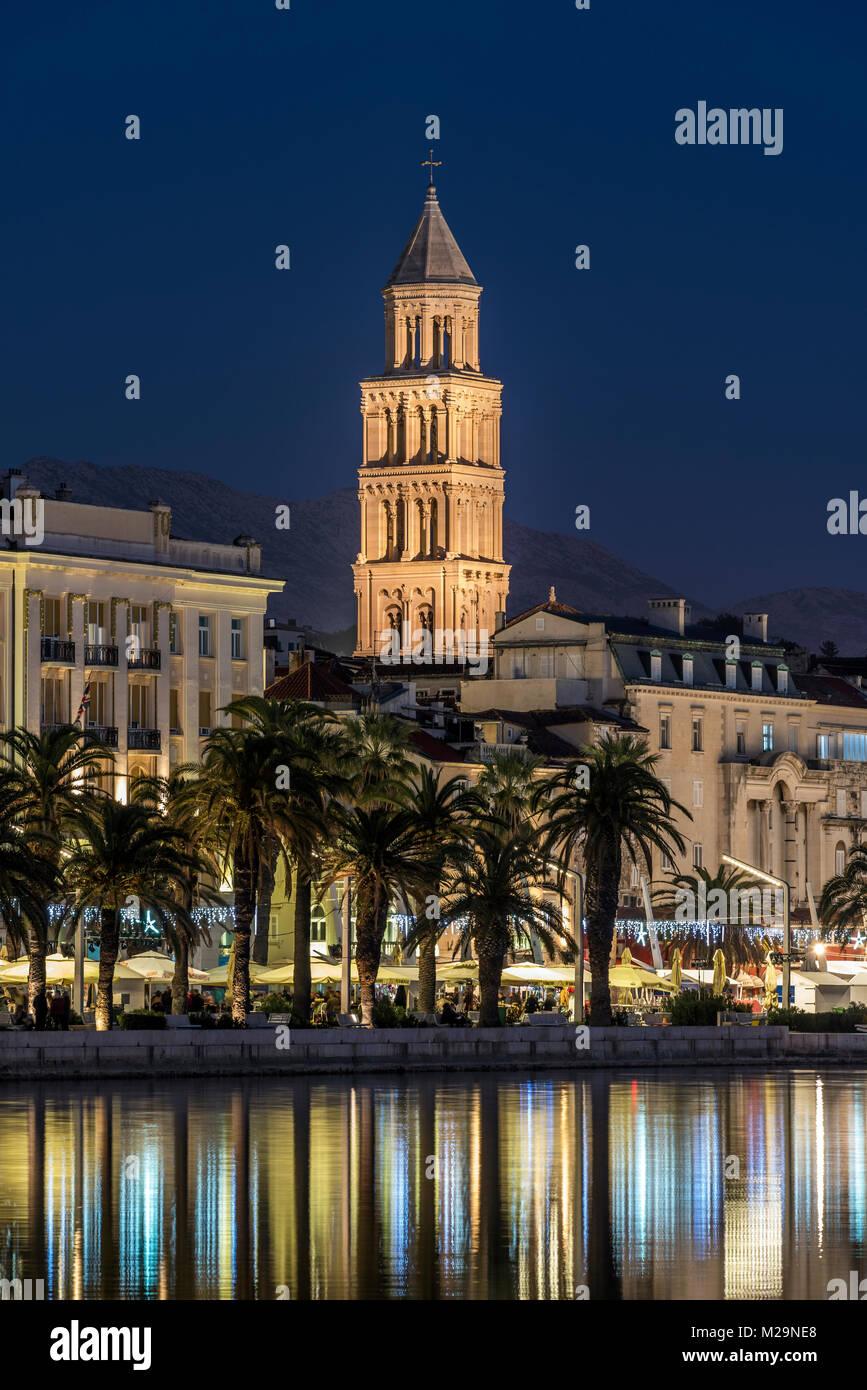Waterfront avec cathédrale de saint Domnius en arrière-plan, Split, Dalmatie, Croatie Banque D'Images