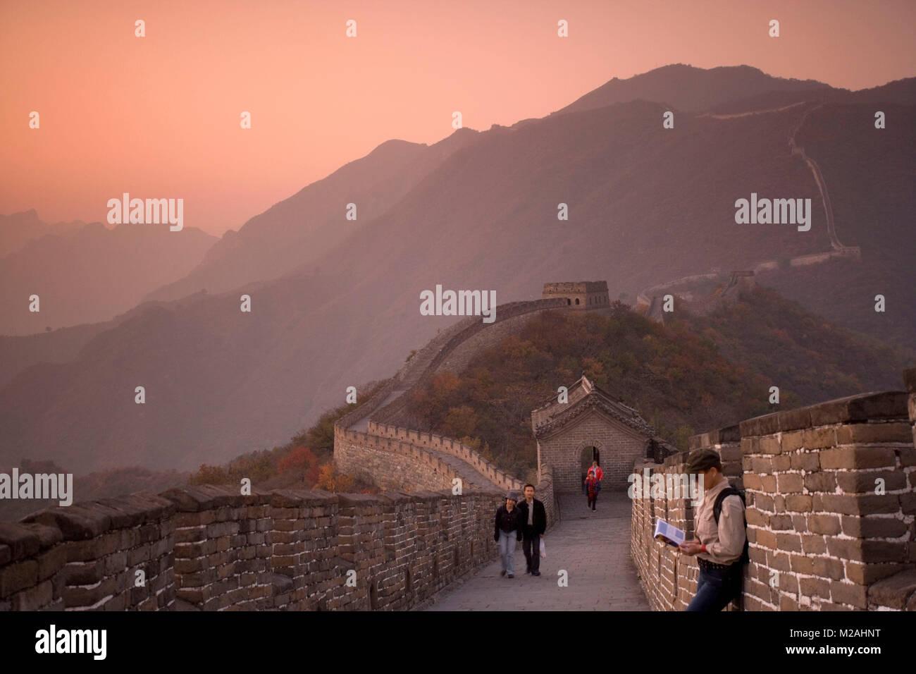 La Chine. Mutianyu, près de Beijing. La Grande Muraille. UNESCO World Heritage site. Les touristes. Photo Stock