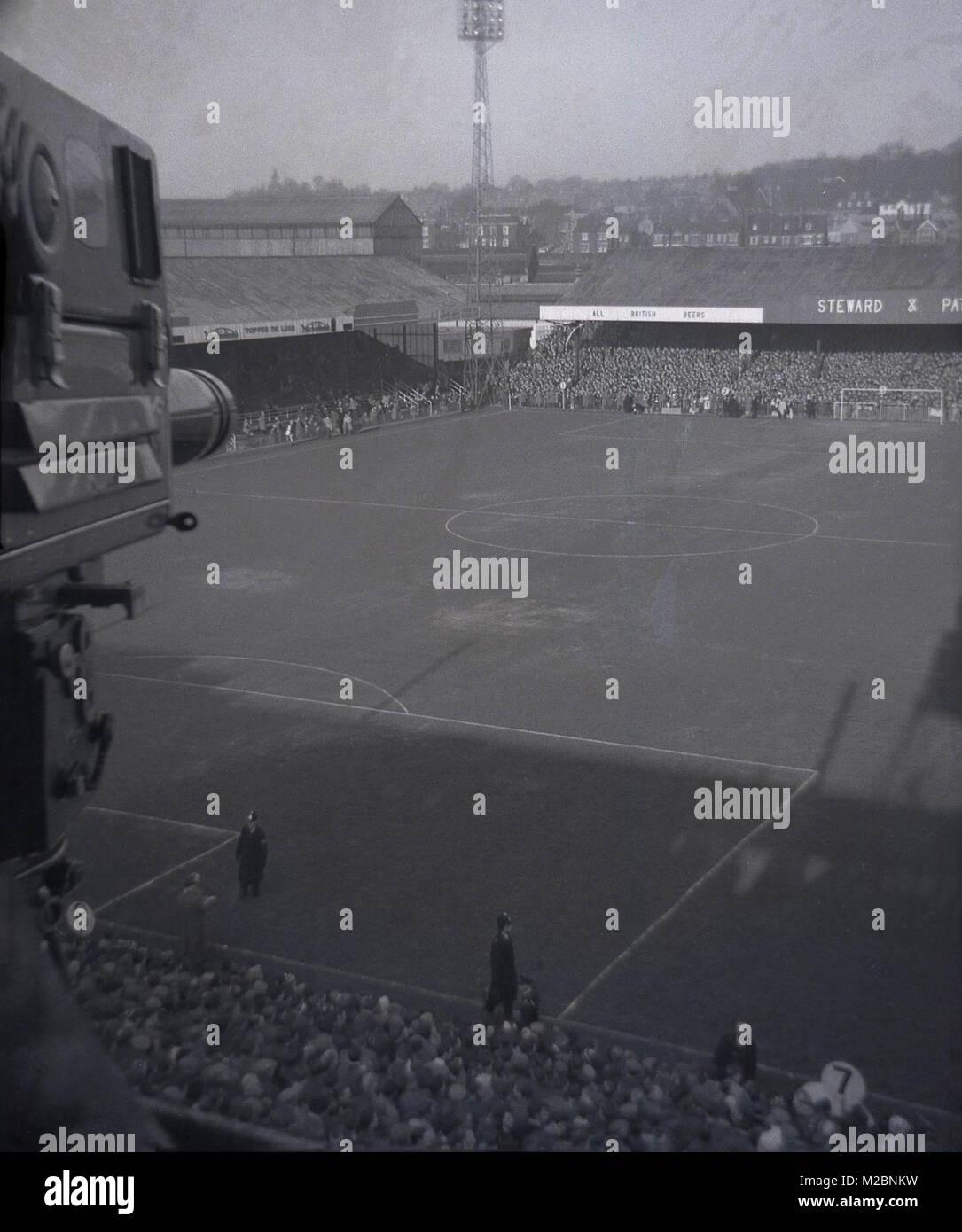 Années 1960, historiques, les frais généraux photo montrant le terrain de football de Norwich et stands des FC en ce moment, pris par la télévision bras donnant sur le stade et ses environs, Norwich, Angleterre, Royaume-Uni. Banque D'Images
